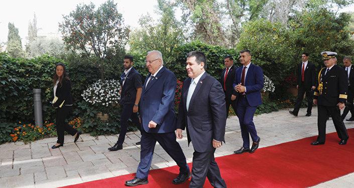 رئيس باراغواي هوراشيو كارتيس يسير بجوار الرئيس الإسرائيلي روفين ريفلين لدى وصوله لعقد اجتماع في مقر إقامته في القدس، قبيل مراسم تكريس سفارة باراغواي في القدس، 21 مايو/أيار 2018