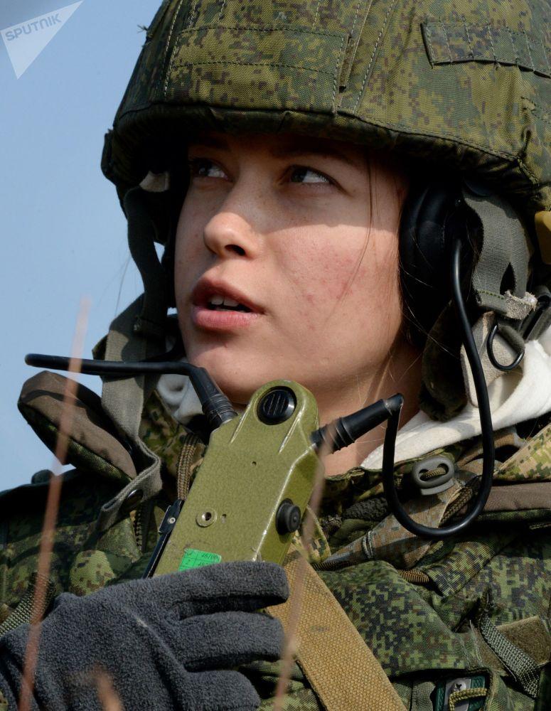 جندية من وحدة مشاة البحرية تعطي الإشارة بإطلاق النار أثناء التدريب التكتيكي للكتيبة لمشاة البحرية التابعة لأسطول المحيط الهادئ، بدعم جوي وبحري في ميدان كليرك في إقليم بريمورسكي