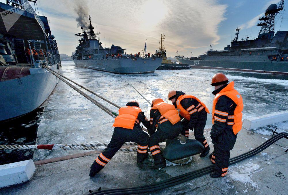 رسو المدمرات الحربية في ميناء فلاديفوستوك بعد وصولها بعد تنفيذ مهام قتالية في المحيط الهادئ والمحيط الهندي