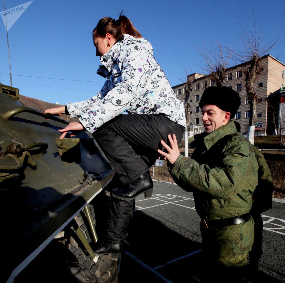 عرض المعدات العسكرية للضيوف خلال الاحتفال بيوم المشاة البحرية في روسيا،  اللواء الـ 155  المنفصل من فيلق مشاة البحرية التابع لأسطول المحيط الهادئ في فلاديفوستوك