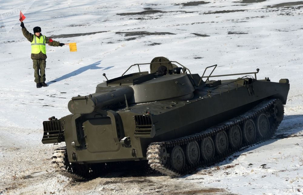 مركبة إزالة الألغام أو أر-77 خلال تدريبات كتيبة منفصلة من خدمة الهندسة البحرية لالتابعة لأسطول المحيط الهادئ في حقل غورنوستاي للتدريبات العسكرية في إقليم بريمورسكي