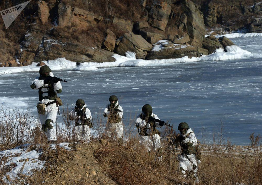 جنود من دورية الاستطلاع الهندسي خلال تدريبات أسطول المحيط الهادئ في ميدان غورنوستاي في إقليم بريمورسكي