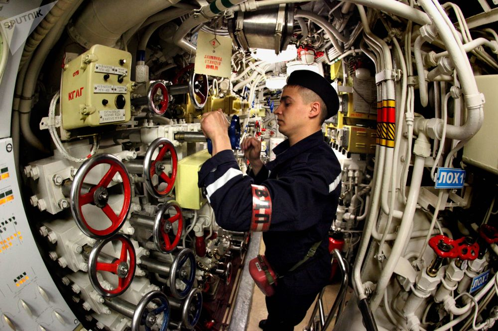 بحار داخل غواصة أوست-كامتشاتسك، التي تعمل على الديزل، التابعة لأسطول المحيط الهادئ بافيل كرينوف خلال المناورات
