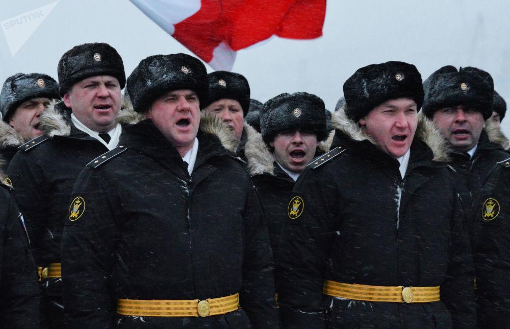 طاقم أسطول المحيط الهادئ، حرس سفينة ناخيموف، الطراد من نوع فارياغ، خلال حفل رسمي لرفع علم البحرية العسكرية