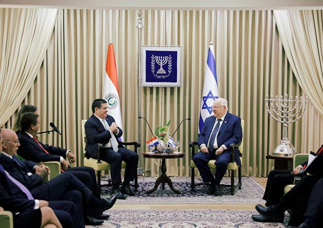 رئيس باراغواي هوراسيو كارتيس يجلس بجانب الرئيس الإسرائيلي روفن ريفلين في مقر إقامته في القدس، قبل حفل افتتاح سفارة باراجواي في القدس، 21 مايو/أيار 2018