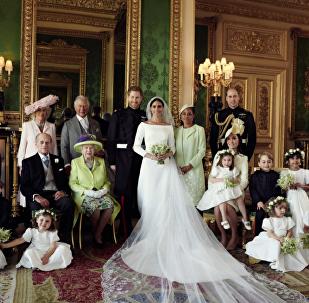 الأمير هاري وعروسه ميغان ماركل في أول صور رسمية من زفافهما الملكي الذي أقيم في بريطانيا، 19 مايو/أيار 2018