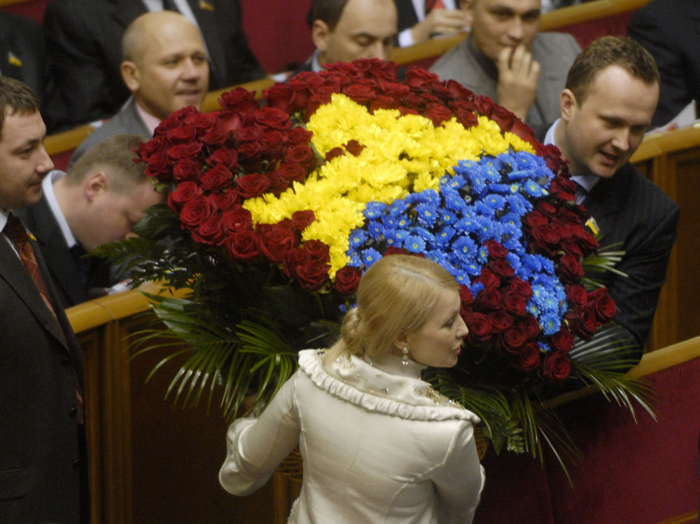 إهداء باقة أزهار كبيرة ليوليا تيموشينكو في البرلمان الأوكراني رادا بكييف، أوكرانيا 2007
