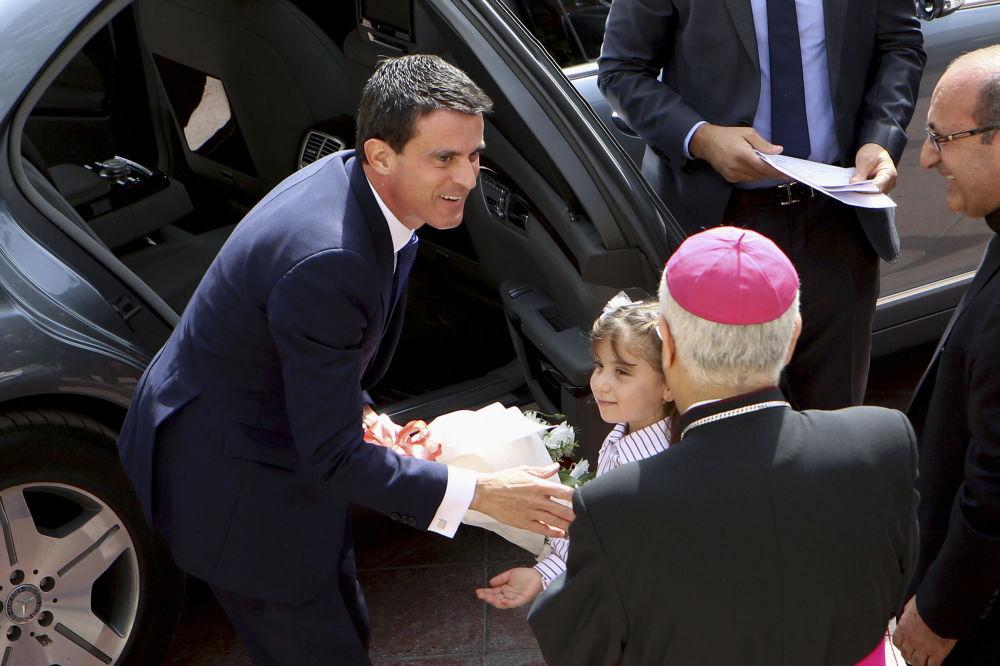 رئيس الوزراء الفرنسي مانويل فالس  أثناء زيارته للكنيسة الكاثوليكية الرومانية التي تضم أسر اللاجئين العراقيين في عمان، الأردن  12 أكتوبر/ تشرين الأول 2015