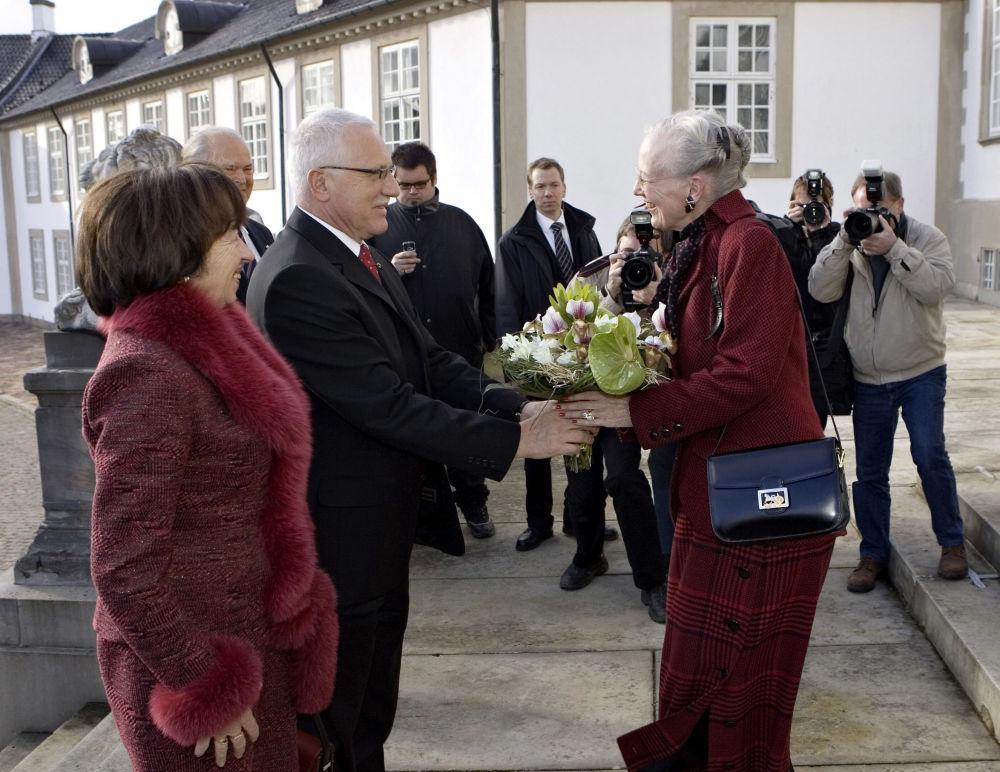 الرئيس التشيكي فاتسلاف كلاوس وزوجته ليفيا يقدمان باقة من الأزهار إلى الملكة الدنمارك مارغريت قبل اجتماع في قصر فريدينسبورج في 9 نوفمبر/ تشرين الثاني 2006