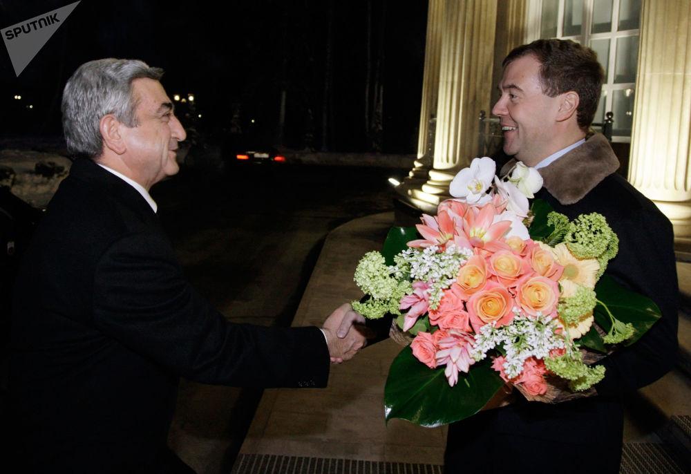 الرئيس الروسي ديمتري مدفيديف (حينئذ) أثناء لقاء الرئيس الأرمني سيرج سركسيان، الذي وصل إلى موسكو في زيارة عمل قصيرة، في مقر إقامة غوركي خارج موسكو، روسيا 18 يناير/ كانون الثاني 2010