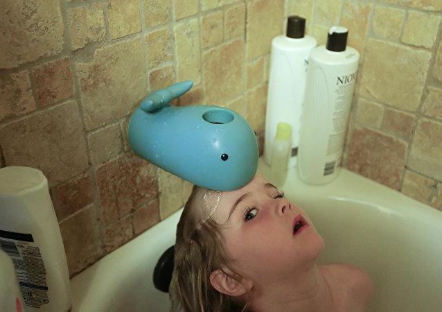 طفلة تستحم