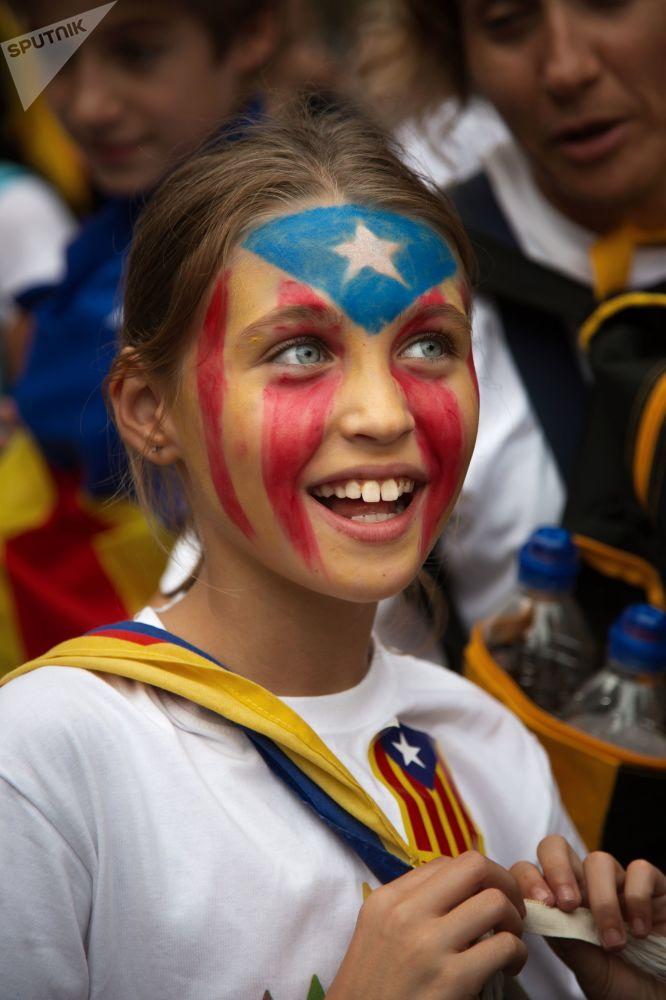 أحد المشاركين في الاحتفال باليوم الوطني لكاتالونيا في أحد شوارع برشلونة