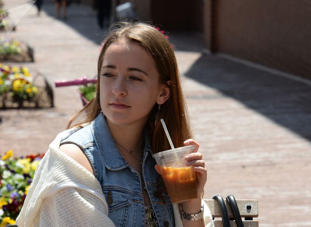 فتاة في مقهى في شارع في منطقة جورج تاون في واشنطن