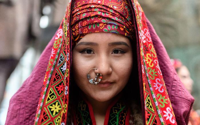 عارضة أزياء قبل عرض الملابس في إطار مهرجان العرقي الثقافي إتنو أرت فيست 2017 في موسكو