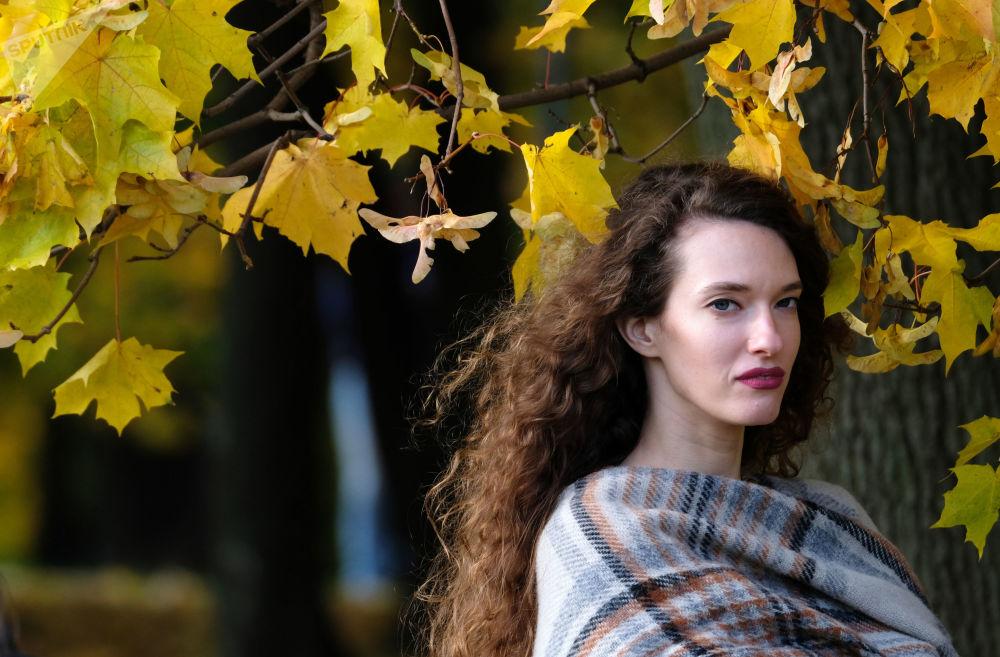 فتاة في حديقة كولومينسكي في موسكو