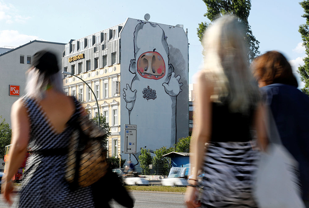 رسم غرافيتي لعدة فنانين Die Dixons، كجزء من مهرجان برلين للجداريات 2018 الأول من نوعه، حيث يقوم الفنانون المدنيون المحليون والدوليون بإنشاء معرض كبير في الهواء الطلق لإثراء المساحات الحضرية في برلين، ألمانيا  21 مايو/ أيار 2018