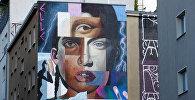 عمل فني للفنان الحضري Elle كجزء من مهرجان برلين للجداريات 2018 الأول من نوعه، حيث ينشئ الفنانون المدنيون المحليون والعالميون معرضًا كبيرًا في الهواء الطلق لإثراء المساحات الحضرية في برلين، ألمانيا، 21 مايو/ أيار 2018