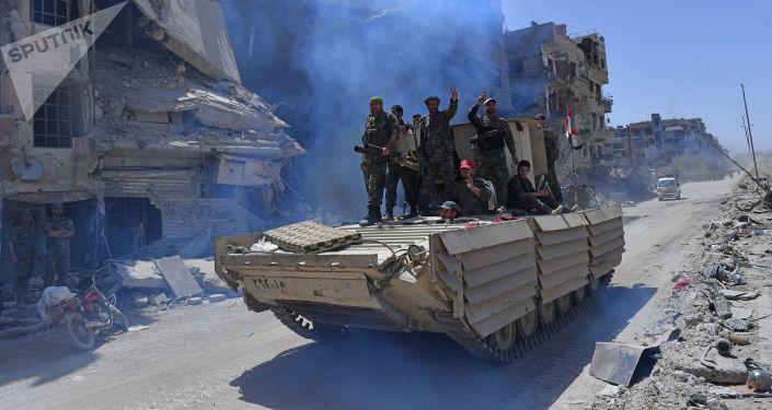 جنود الجيش السوري يدخلون مخيم اليموك لللاجئين الفلسطينيين جنوب دمشق