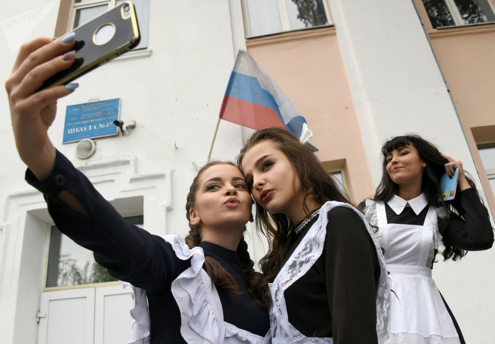 الجرس الأخير لطلاب الثانوية في روسيا