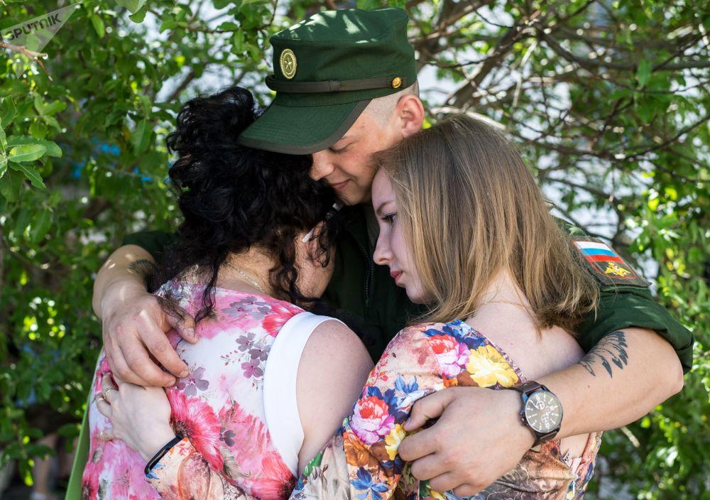 مجند يودع عائلته وأصدقائه قبل إرساله من مفوضية سيفاستوبول العسكرية لأداء الخدمة في القوات الجوية الفضائية