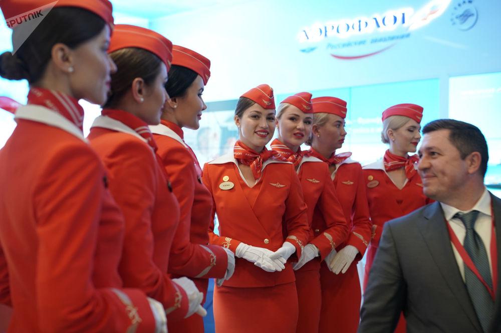 مضيفات الطيرات الروسي آيروفلوت في منتدى بطرسبورغ الاقتصادي الدولي