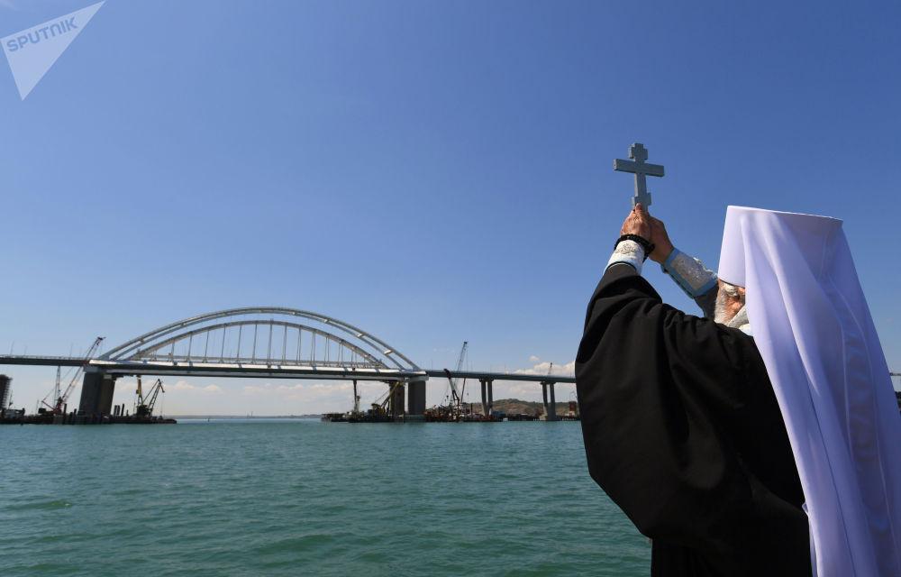 مباركة جسر القرم خلال مراسم افتتاحه