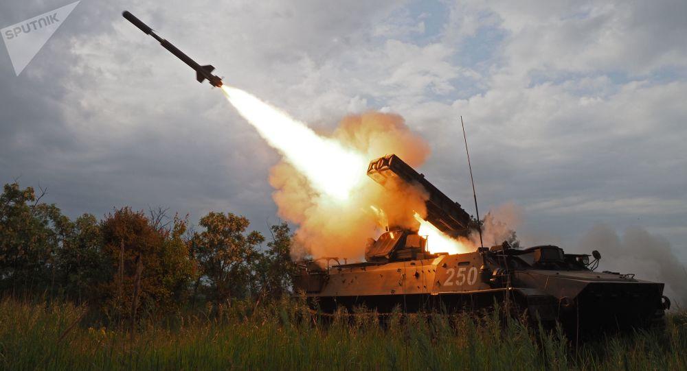 إطلاق صواريخ من منظومة صاروخية مضادة للطائرات ستريلا -10 خلال منافسات الجيش السماء الصافية-2018 في مركز المناورات الجوية للقوات البرية في إقليم كراسنودار