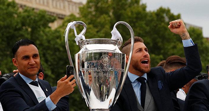 مهاجم فريق ريال مدريد الإسباني سيرجيو راموس محتفلا بفوز فريقه بكأس أبطال أوروبا في أسبانيا، 27 مايو/أيار 2018