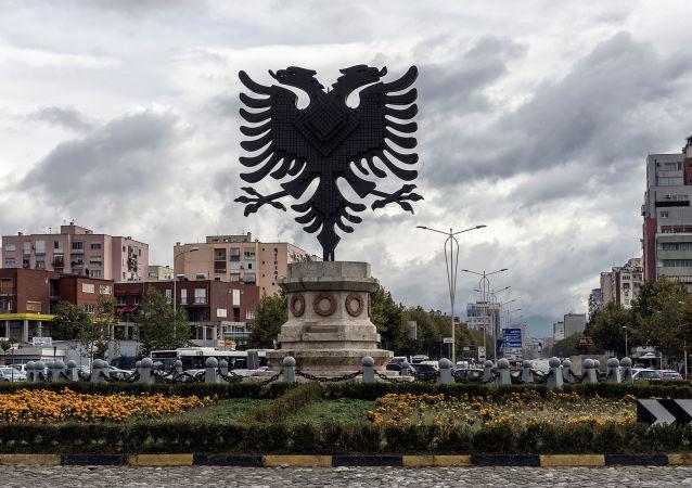 شعار ألبانيا في إحدى الساحات في تيرانا