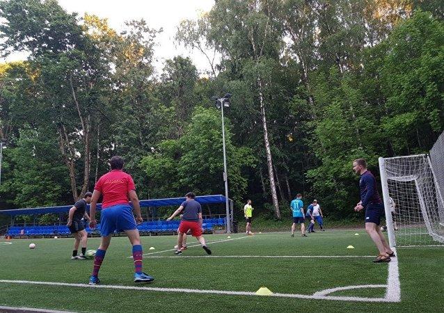 فريق هواة روس يمارسون كرة القدم