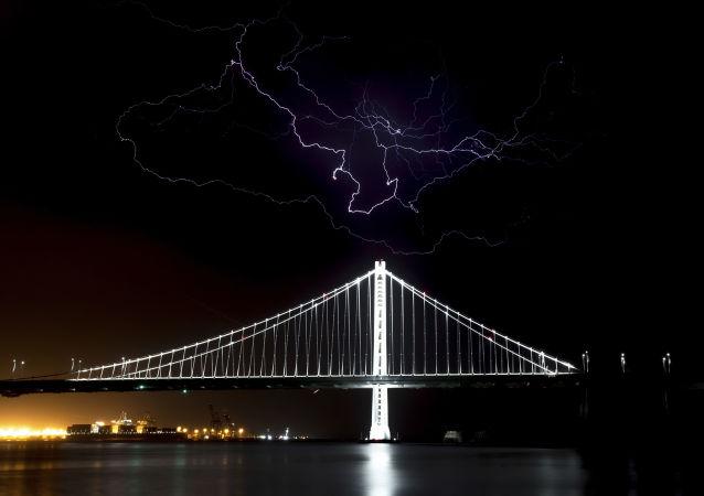 برق فوق جسر خليج سان فرانسيسكو أثناء مرور عاصفة في أوكلاند، كاليفورنيا 11 سبتمبر/ أيلول 2017