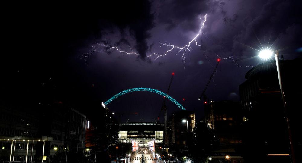 ضربات البرق فوق ملعب ويمبلي في لندن، بريطانيا 26 مايو/ أيار 2018