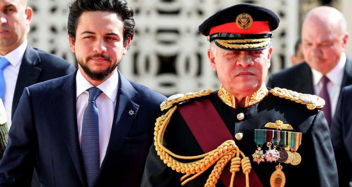 ملك الأردن عبدالله الثاني برفقة ابنه ولي العهد الأمير حسين بن عبدالله الثاني خلال تفقدهما لحرس الشرف لدى وصولهما لحضور جلسة عادية ي البرلمان بعمان، الأردن 12 نوفمبر/ كانون الأول 2017