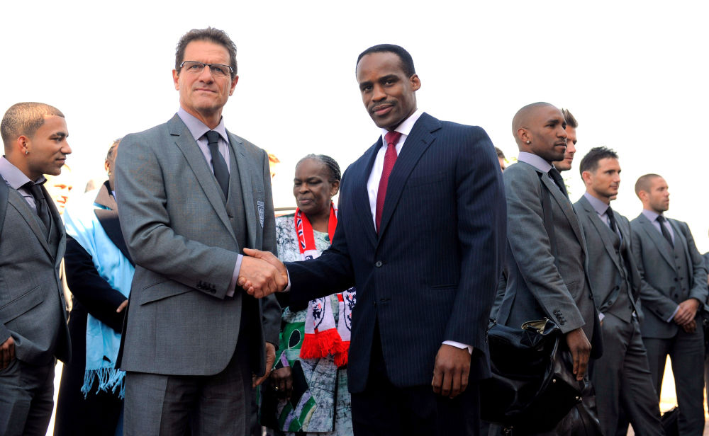 مدير المنتخب الإنجليزي فابيو كابيلو مع ليرو مولوتليجي، ملك كغوسي بجنوب أفريقيا، في حرم الملعب رويال بافوكنغ يوم 3 يونيو/ حزيران 2010