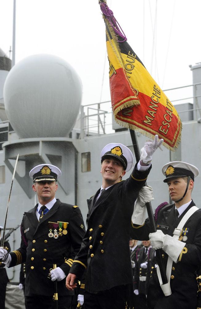 يواكيم أمير بلجيكا، أرشيدوق النمسا وإستي، ابن الأميرة أستريد، يلقي التحية خلال مراسم أداء اليمين في القاعدة العسكرية البحرية نافال زيبروغ، 5 ماس/ آذار 2012