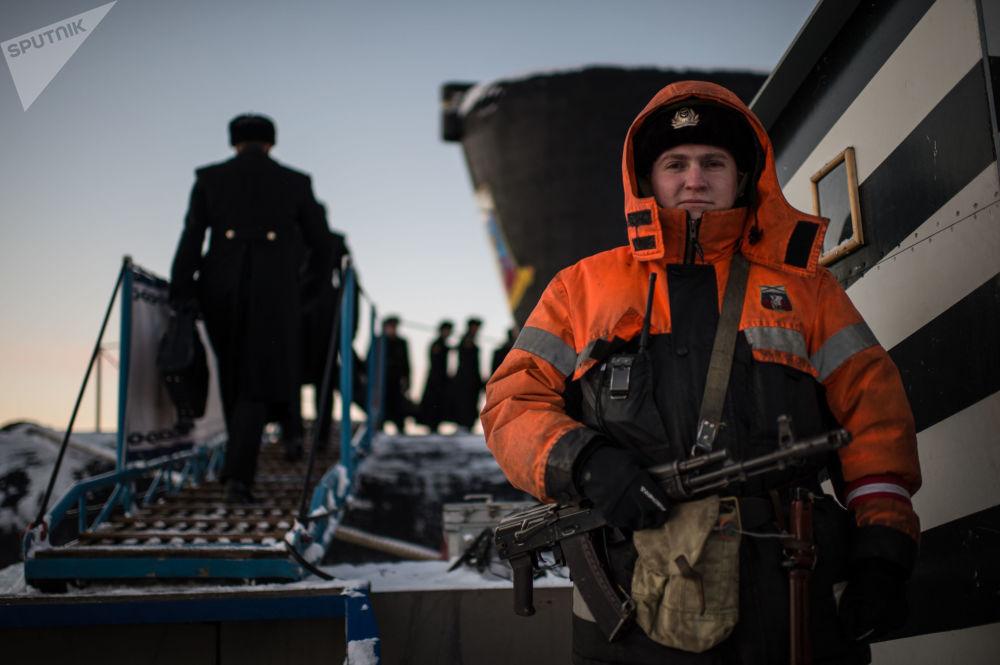 الطاقم العسكري للغواصة النووية يوري دولغوروكي التابع للأسطول الشمالي الروسي في غادجييفو، إقليم مورمانسك، روسيا