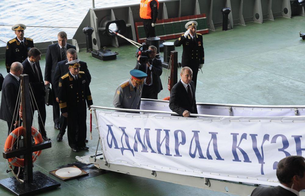 الرئيس الروسي فلاديمير بوتين خلال زيارته للطراد الأميرال كوزنيتسوف التابع للأسطول الشمالي الروسي، 27 يوليو/ تموز 2014