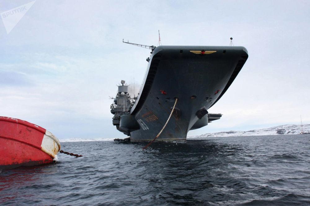 الطراد الحامل للطائرات الثقيلة الأدميرال كوزنيتسوف في طريقه إلى ميناء سيفيرومورسك