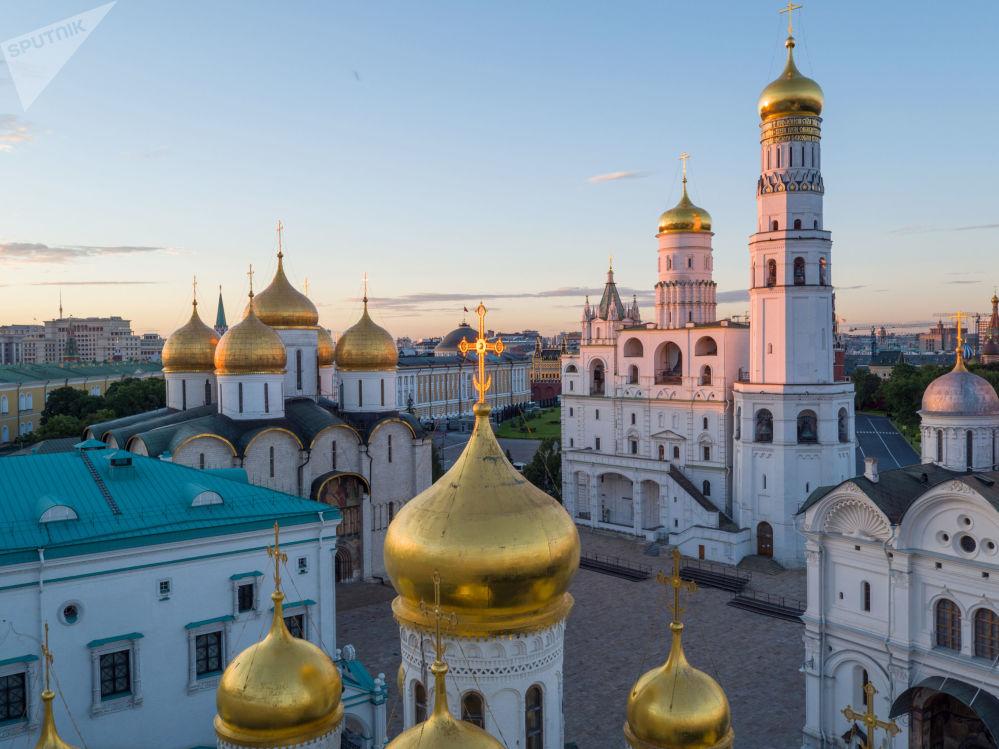 برج الأجراس لإيفان الأكبر وكنيسة الرسل الاثني عشر، في حرم الكرملين