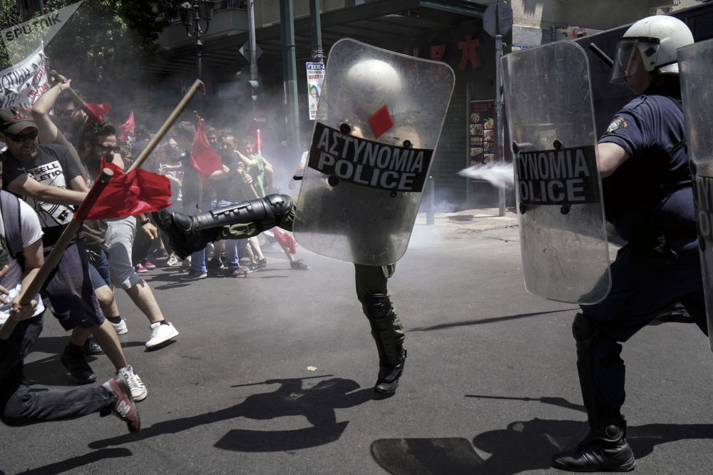 اشتباكات بين ضباط الشرطة وأعضاء الإضراب الوطني الذين خرجوا احتجاجا على تدهور ظروف المعيشة في أثينا، اليونان