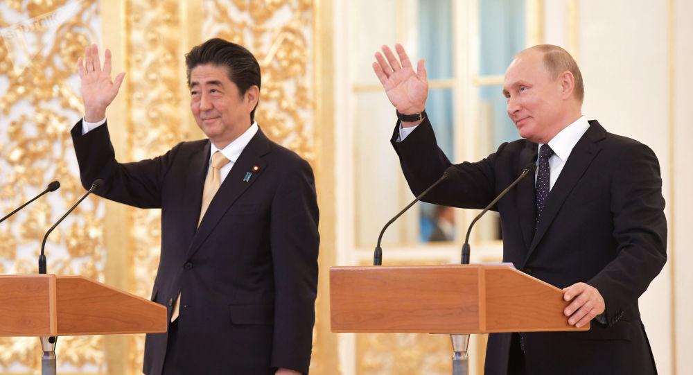 الرئيس فلاديمير بوتين ورئيس الوزراء الياباني شينزو آبي خلال الاتصال مع طاقم رواء الفضاء على محطة الفضاء الدولية في الكرملين، 26 مايو/ أيار 2018
