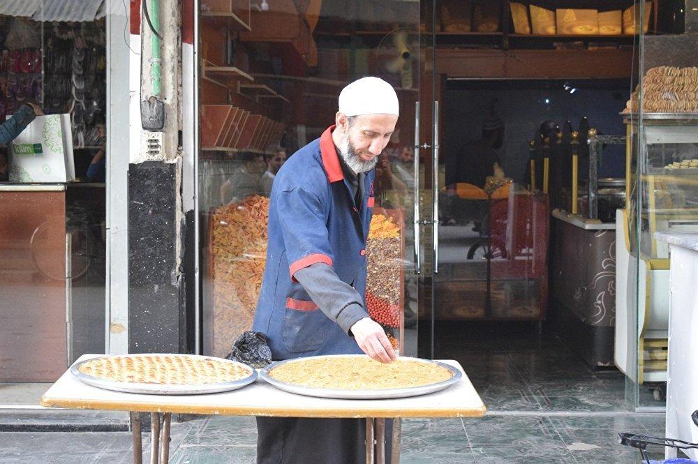 محل صناعة حلويات في دمشق خلال شهر رمضان