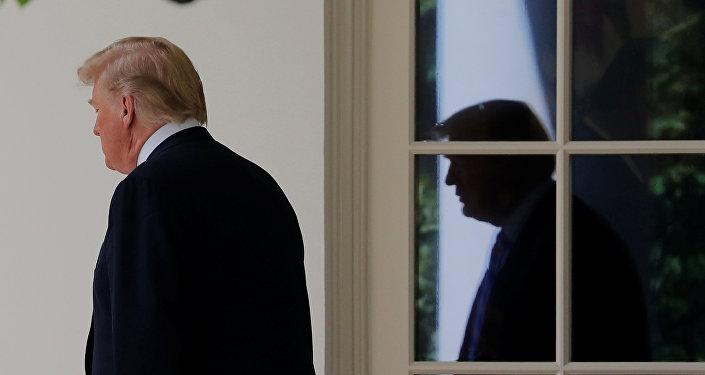 الرئيس الأمريكي دونالد ترامب مغادرا البيت الأبيض لقضاء عطلة نهية الأسبوع في منتجع كامب ديفيد, 1 يونيو/حزيران 2018