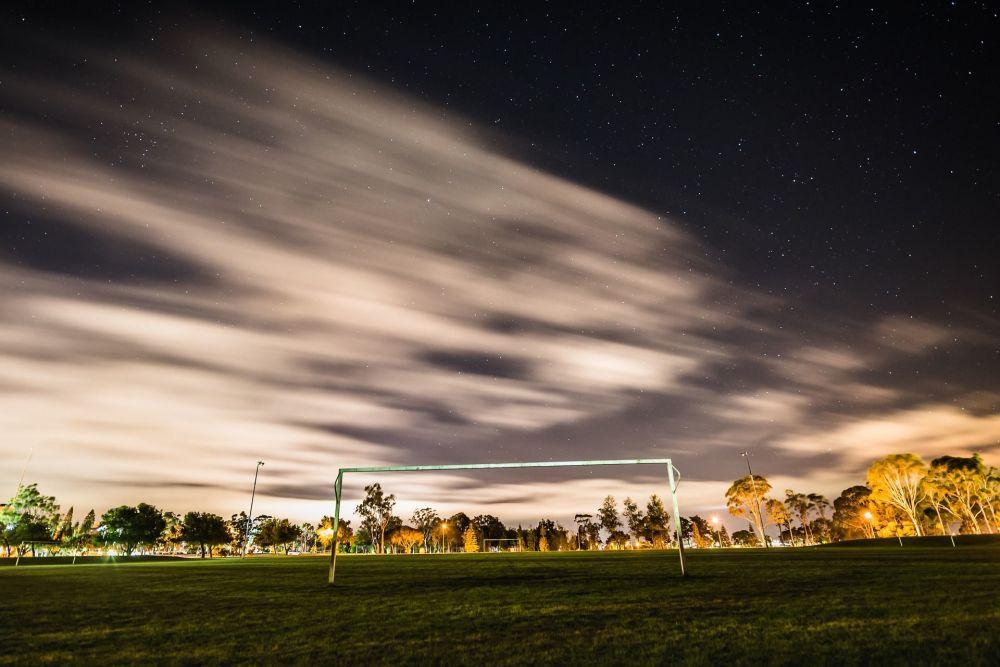 مرمى كرة القدم على خلفية نجوم السماء