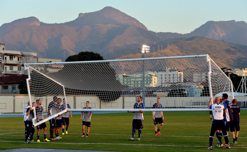 لاعبون إيطاليون يحملون المرمى خلال أول تدريب لهم في ملعب جواو هافالانج في ريو دي جانيرو في 10 يونيو/ حزيران 2013، قبل المباراة الودية ضد هايتي في 11 يونيو/ حزيران