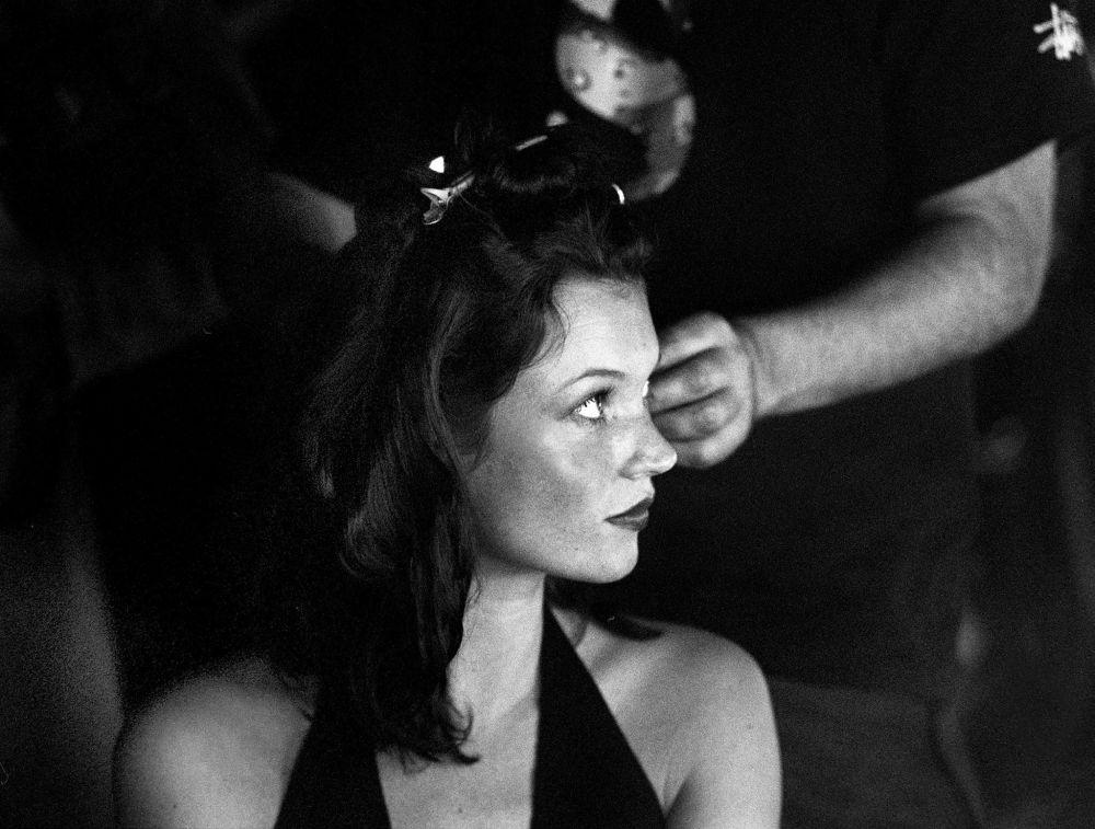 عارضة الأزياء كيت موس وراء كواليس عرض الأزياء لتصاميم ماتيو ويليامسون، 22 سبتمبر/ أيلول 1999