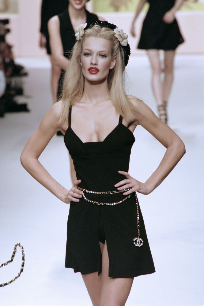 عارضة الأزياء الهولندية كارين ميولدر أثناء عرض تصاميم كارلا لاغيرفيلد في دار الأزياء شانيل، باريس 17 أكتوبر/ تشرين الأول 1994