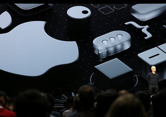الرئيس التنفيذي لشركة أبل الأمريكية تيم كوك يتحدث في مؤتمرها للمطورين في سان خوسيه، كاليفورنيا، الولايات المتحدة الأمريكية، 4 يونيو/حزيران 2018