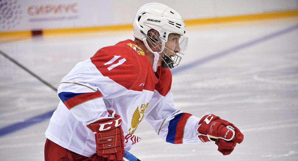 بوتين يلعب الهوكي