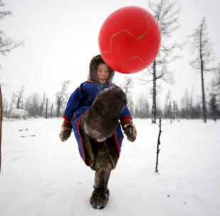 أطفال رعاة حيوان الرنة يلعبون الكرة في منطقة يامال-نينيتس الروسية